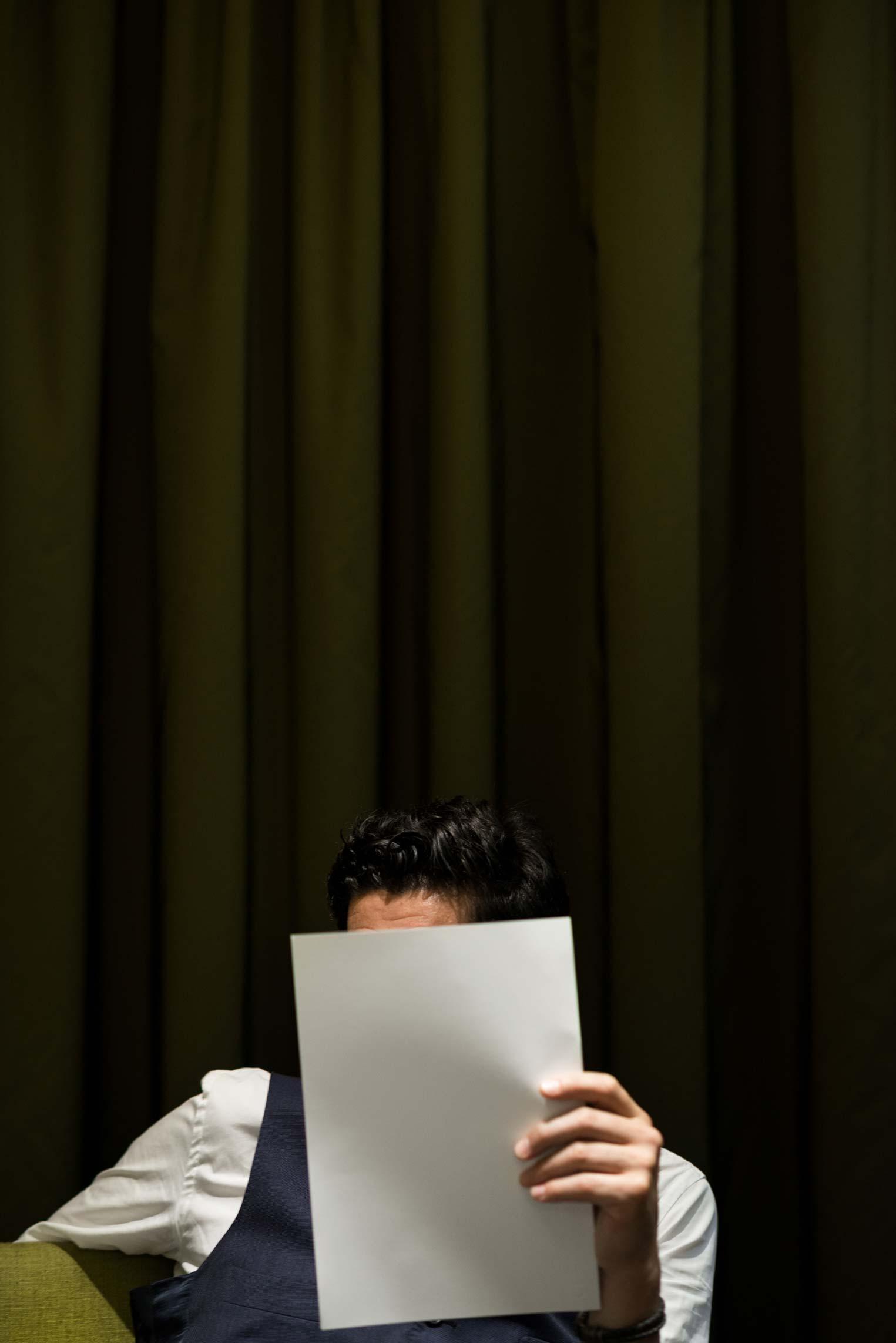 Porträt von Paul Ivic, sein Gesicht wird bis auf die Stirn von einem weißem Papier verdeckt
